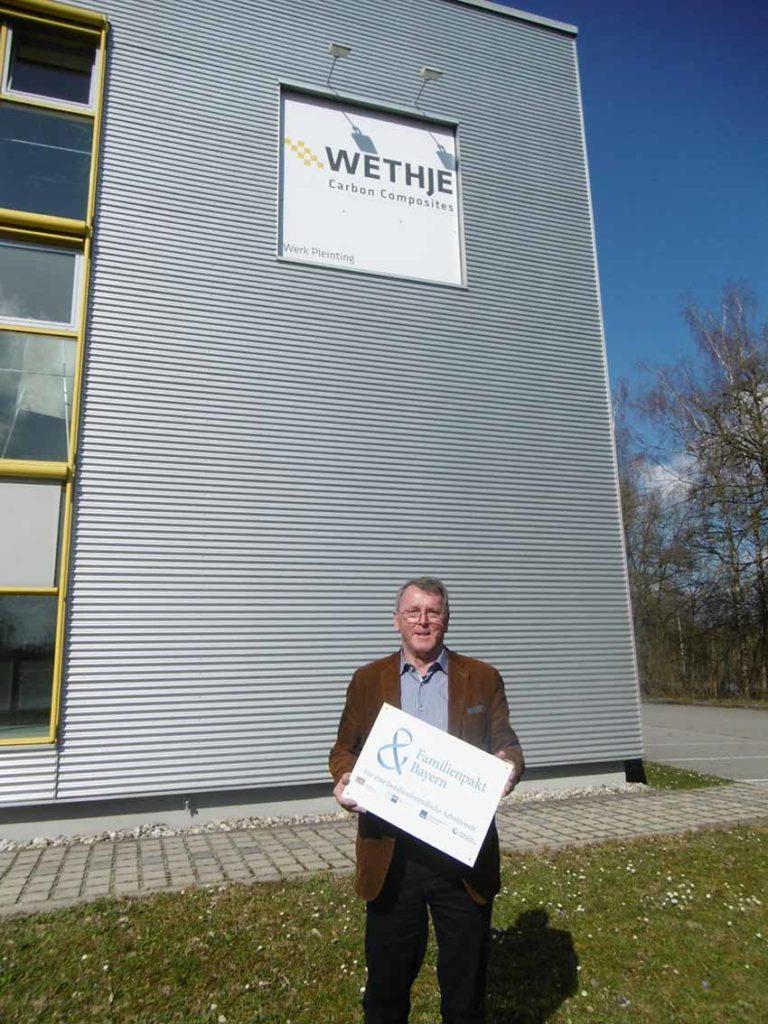 Wolfgang Krassnitzer mit dem Schild vom Familienpakt Bayern